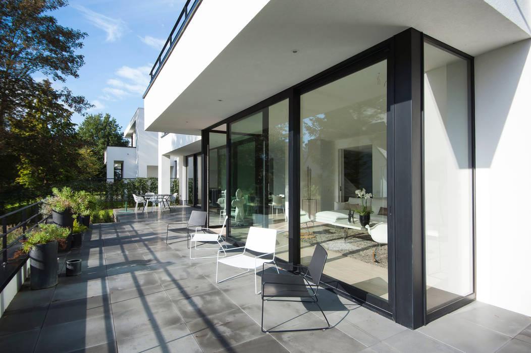TERRASSE DESIGN: Terrasse de style  par ISABELLE LECLERCQ DESIGN