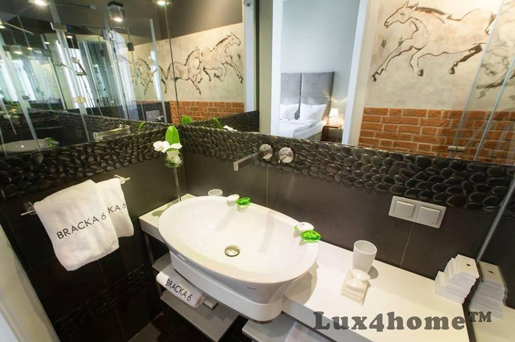 Czarne otoczaki w łazience - otoczaki na ścianie Industrialna łazienka od Lux4home™ Industrialny