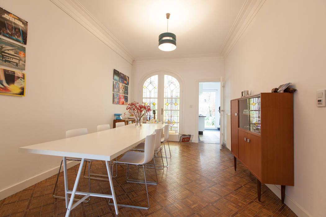 Eetruimte met zicht op keuken en veranda eetkamer door studio k