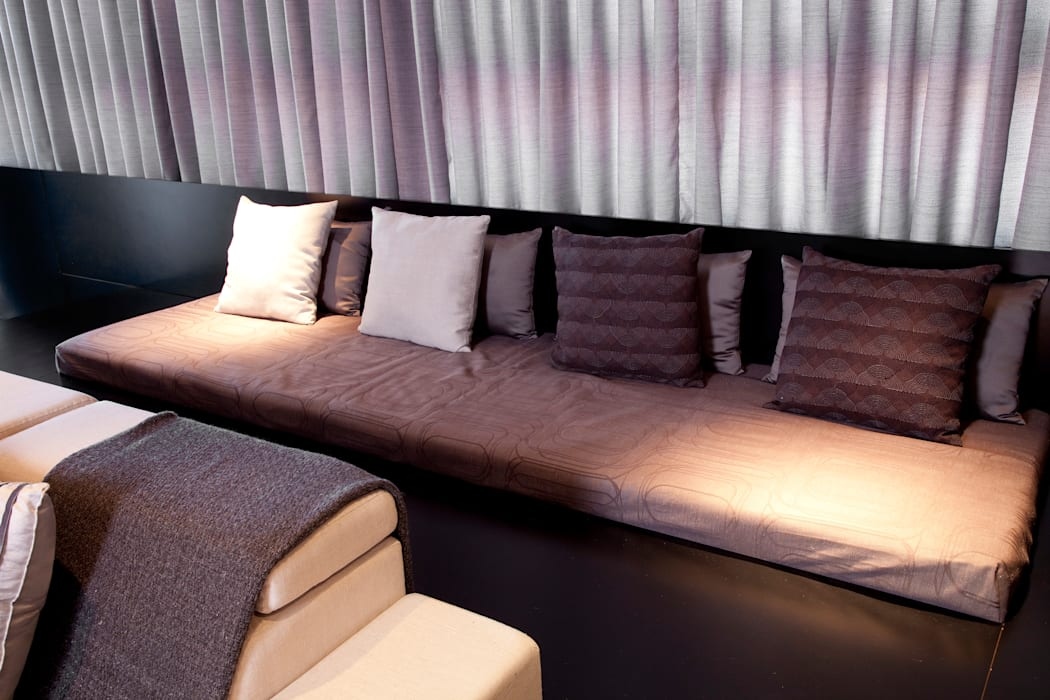 Detalhe do living Salas de estar modernas por dsgnduo Moderno