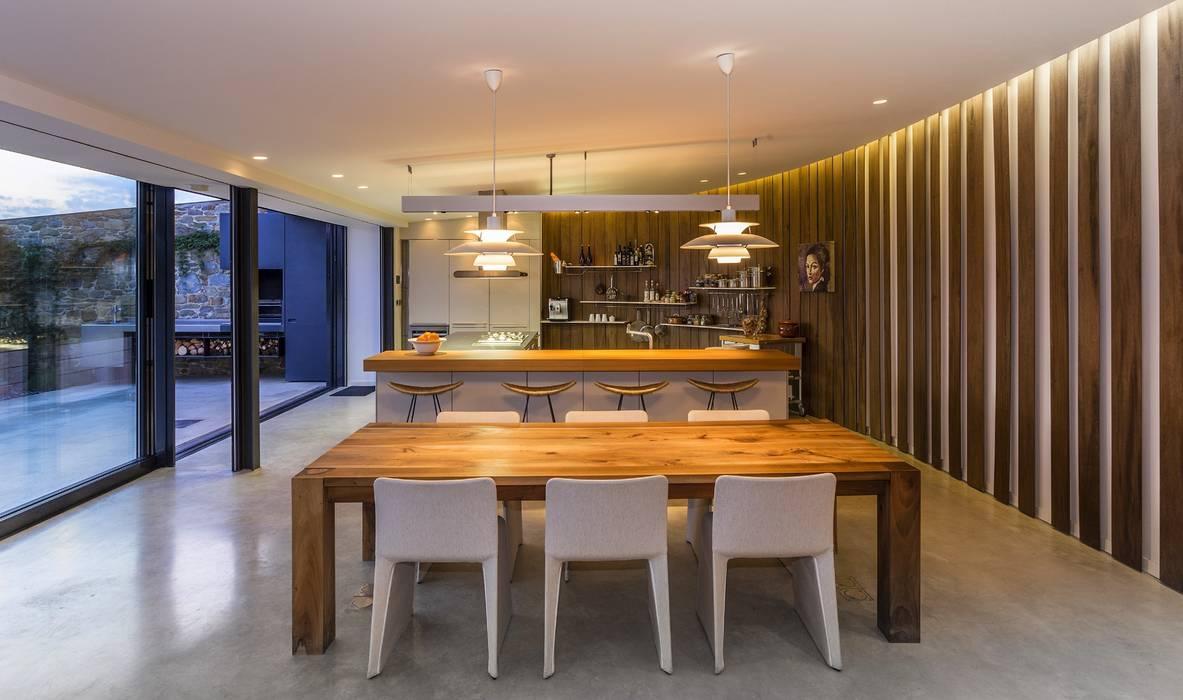 JENS. Reforma y ampliación de antigua masía en La Garrotxa, Girona (Costa Brava) VelezCarrascoArquitecto VCArq Cocinas de estilo moderno