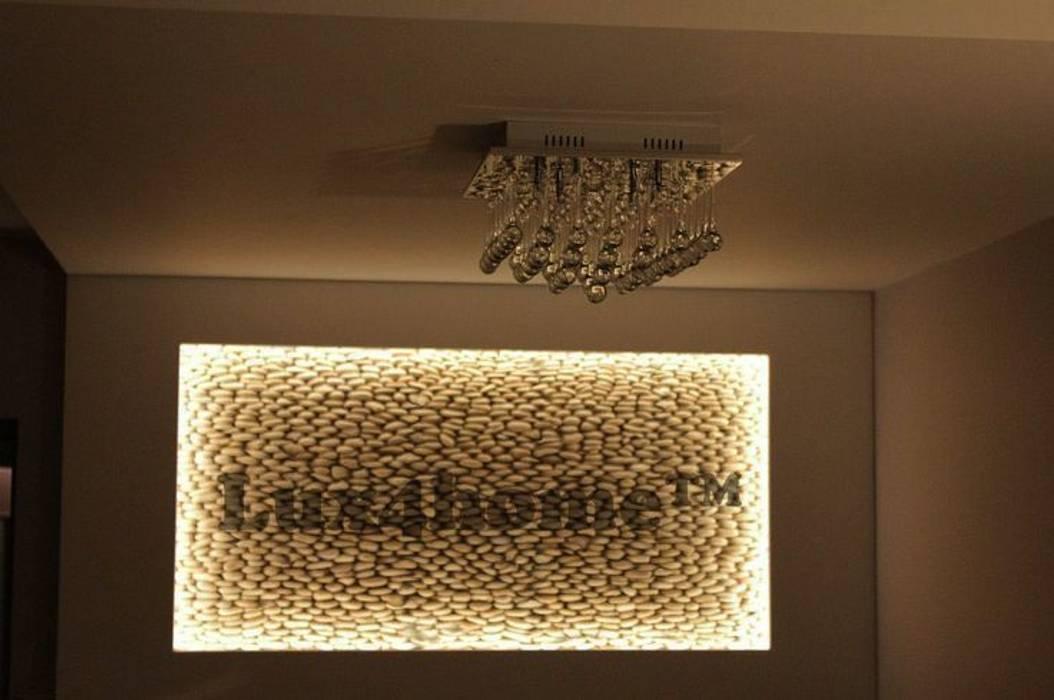 Ściana z otoczaków - mozaika kamienna otoczaki: styl , w kategorii Salon zaprojektowany przez Lux4home™