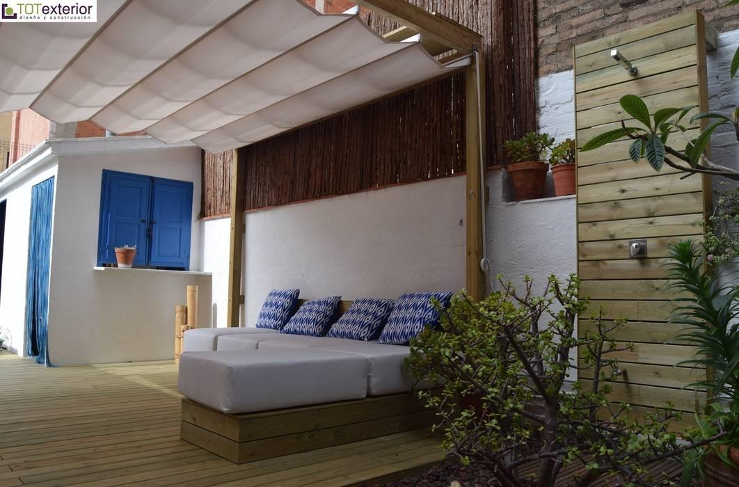 TOTEXTERIOR - CHILL-OUT CON AIRES IBICENCOS Balcones y terrazas de estilo moderno de TOTEXTERIOR Moderno