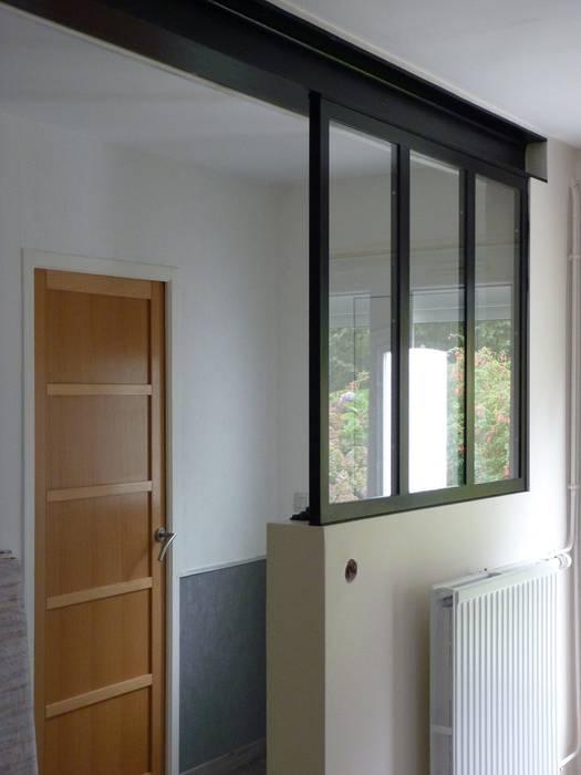 verrière intérieure sur mesure: Couloir et hall d'entrée de style  par L.Decor