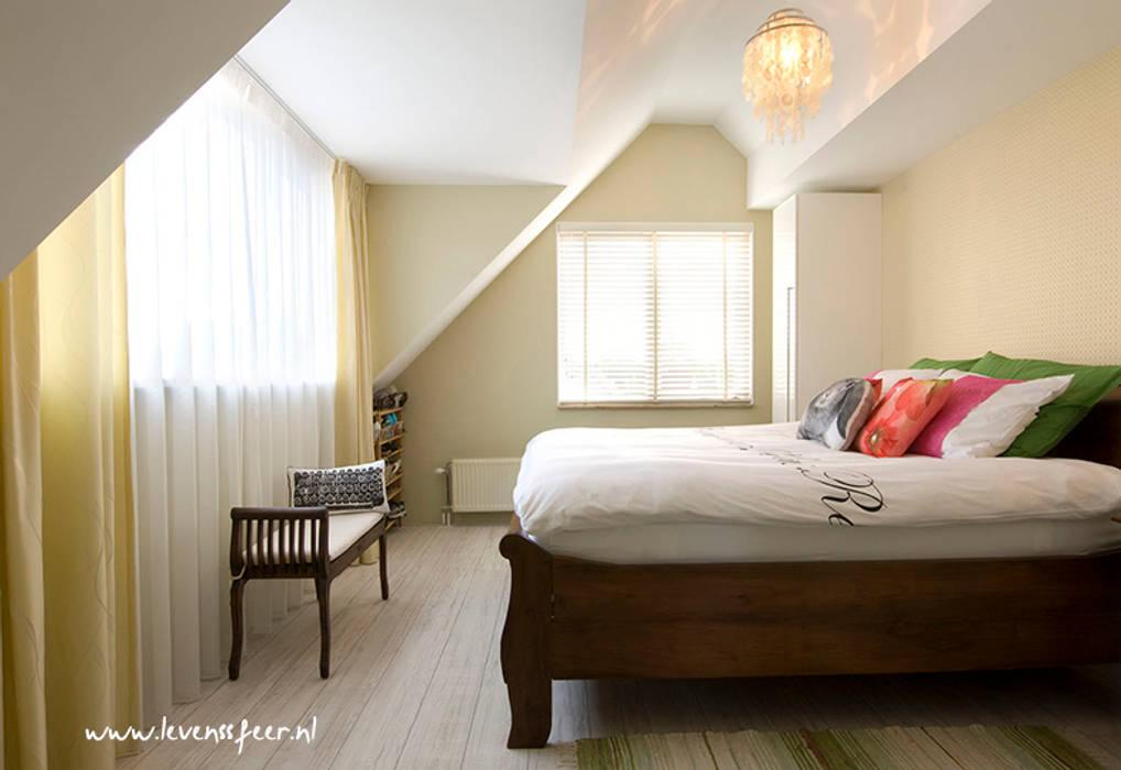 Lichte slaapkamer met lente gevoel:  Slaapkamer door Levenssfeer
