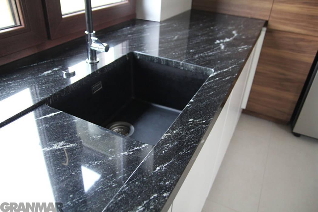Blat kuchenny - granit Via Lactea GRANMAR Sp. z o. o. Nowoczesna kuchnia od GRANMAR Borowa Góra - granit, marmur, konglomerat kwarcowy Nowoczesny
