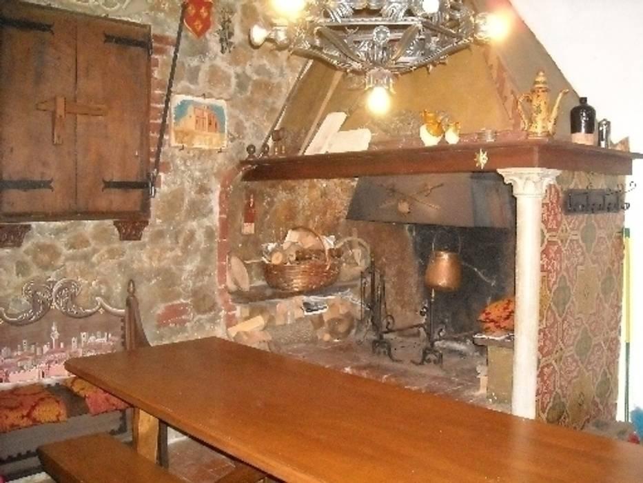 L' appartamento medievale alle terme: Case in stile in stile Rustico di Milligan&Milligan