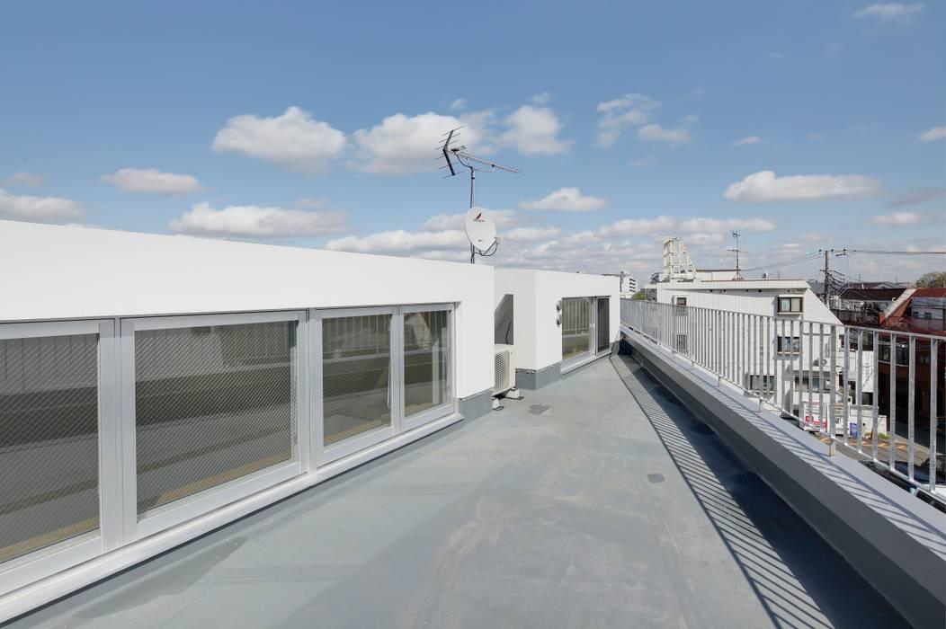 屋上 モダンデザインの テラス の 仲摩邦彦建築設計事務所 / Nakama Kunihiko Architects モダン