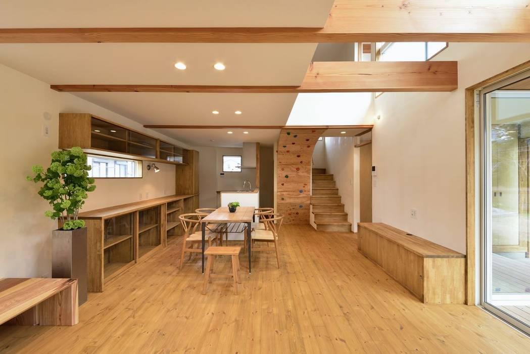 ダイニングキッチン: アトリエdoor一級建築士事務所が手掛けたダイニングです。