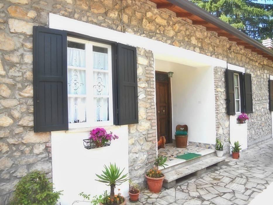 Esterno casaletto: Case in stile in stile Coloniale di Sublacense Home Staging