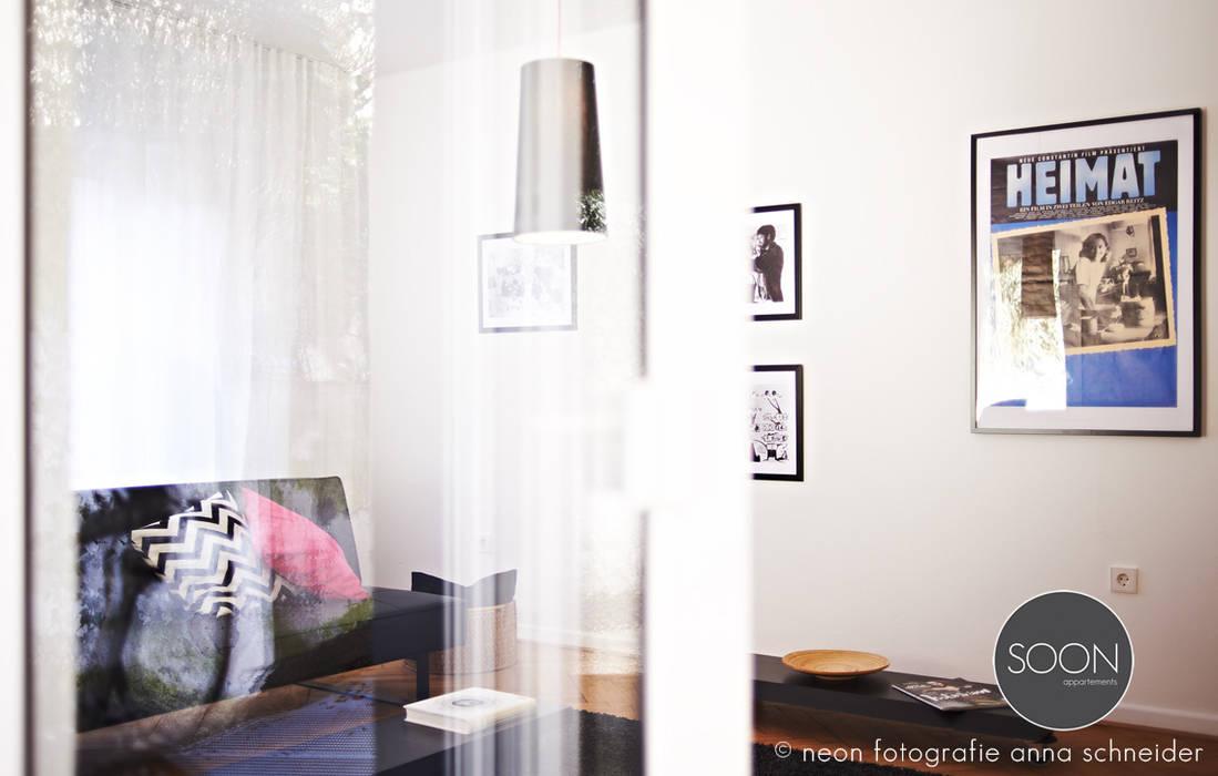 Ferienwohnung wohnraum: minimalistische wohnzimmer von