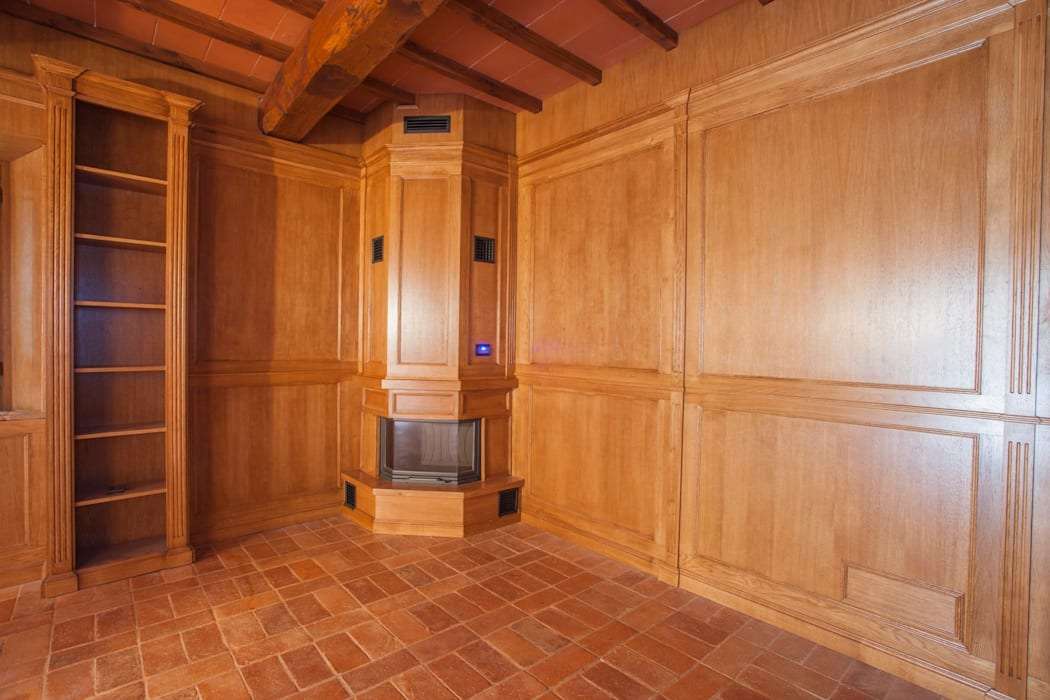 Boiserie in rovere spazzolato per casale: Soggiorno in stile in stile Classico di Falegnameria Grelli Danilo