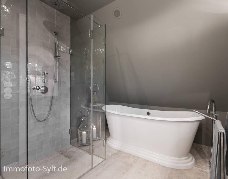 Ванная комната в стиле кантри от Immofoto-Sylt Кантри