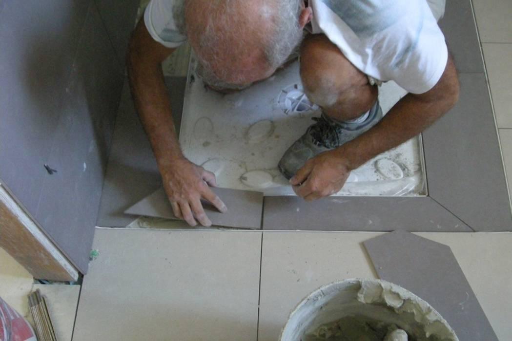 Posa delle piastrelle sul piatto doccia cubing in stile di
