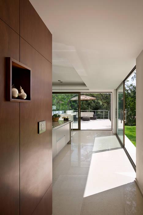 P& B : Cocinas de estilo moderno por Micheas Arquitectos