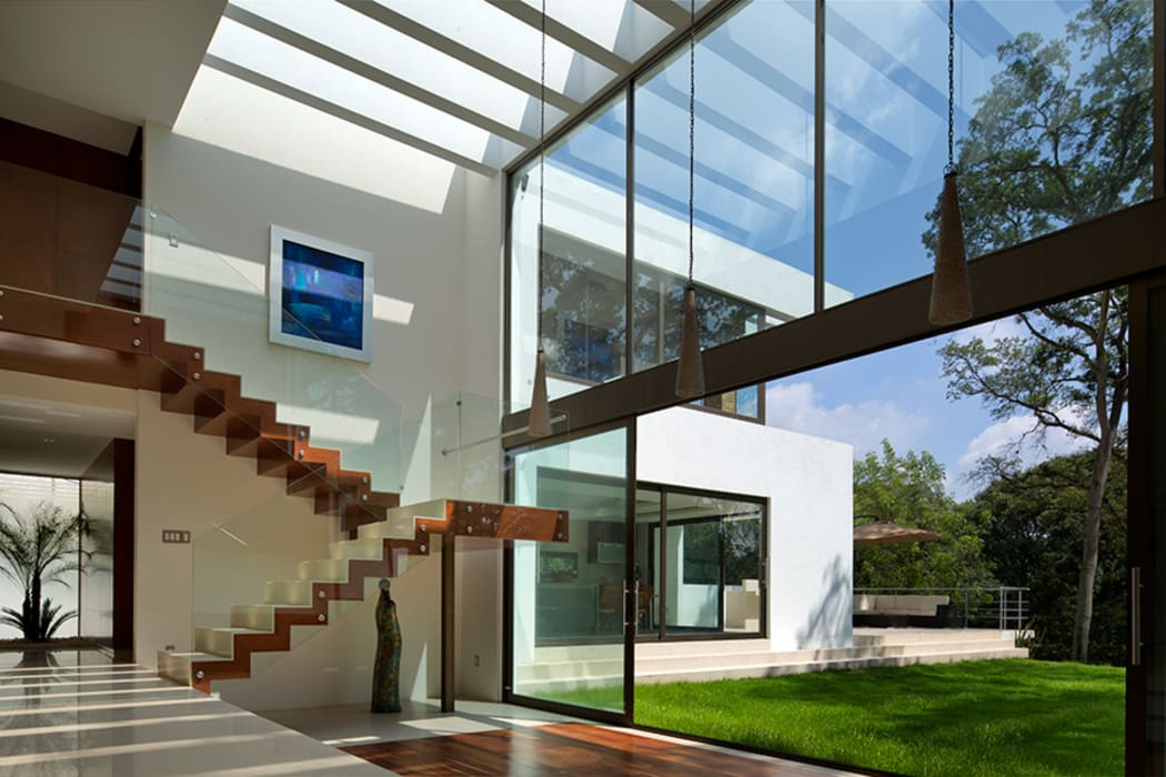 P& B Pasillos, vestíbulos y escaleras modernos de homify Moderno