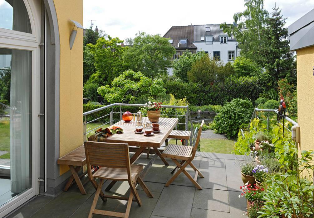 Terrasse An Kuche Mit Treppe In Garten Von Planungsburo Garten Und