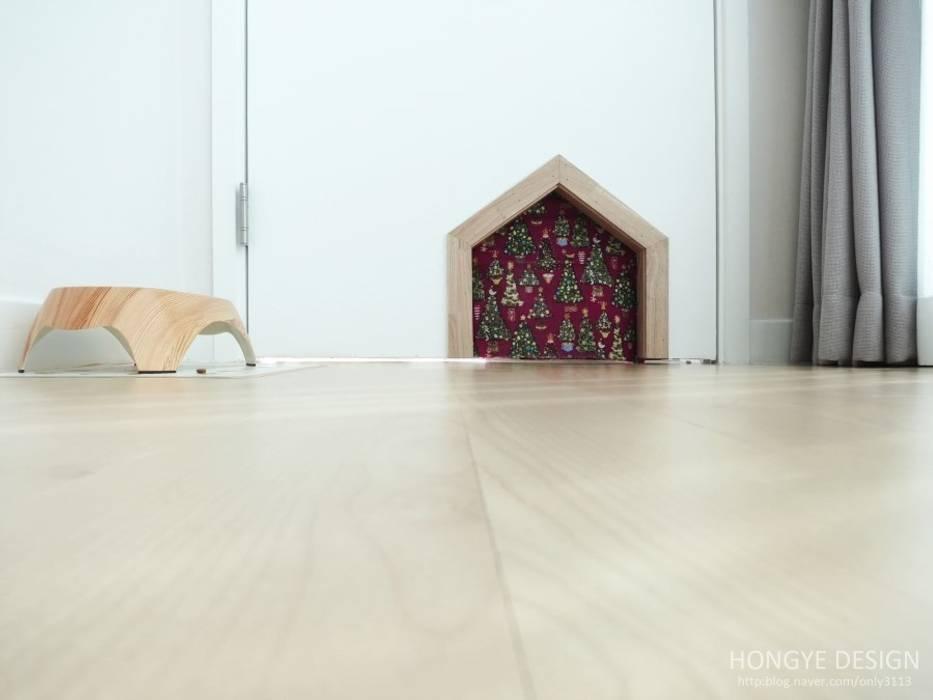 고양이 문.: 홍예디자인의  거실