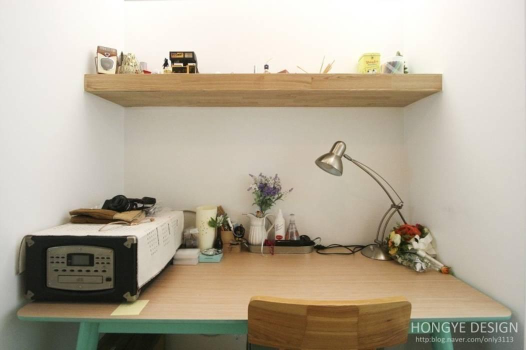 서재 사무실.: 홍예디자인의  서재 & 사무실