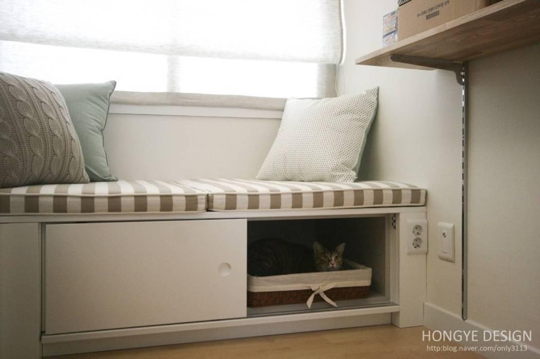 고양이: 홍예디자인의  서재 & 사무실,