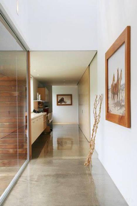 Modern Corridor, Hallway and Staircase by Alvaro Moragrega / arquitecto Modern