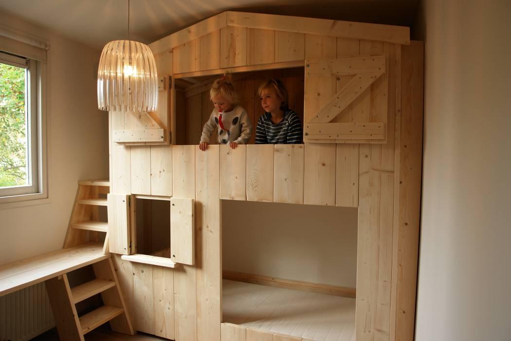 Stapelbedhuisje met bureau: minimalistische kinderkamer door