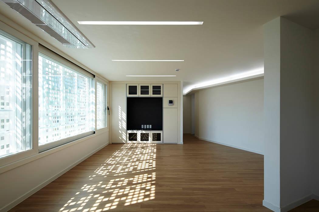 Modern living room by 스마트건축사사무소 Modern