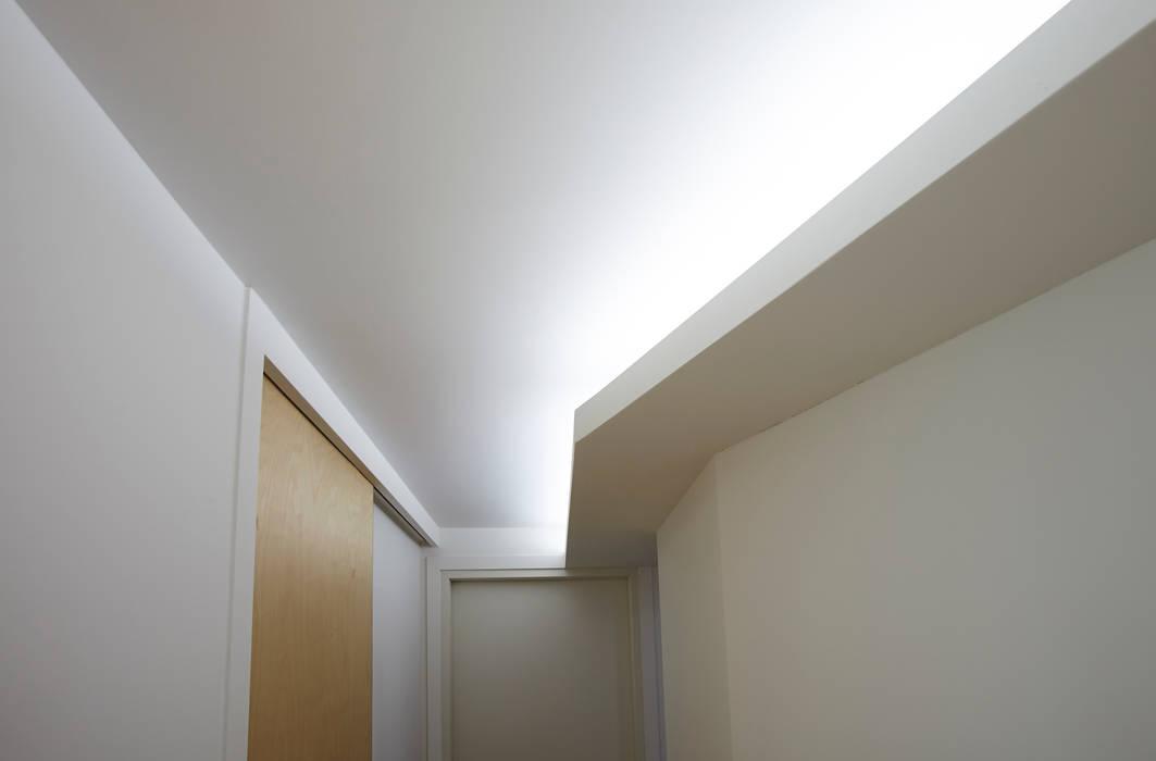 Коридор, прихожая и лестница в модерн стиле от 스마트건축사사무소 Модерн