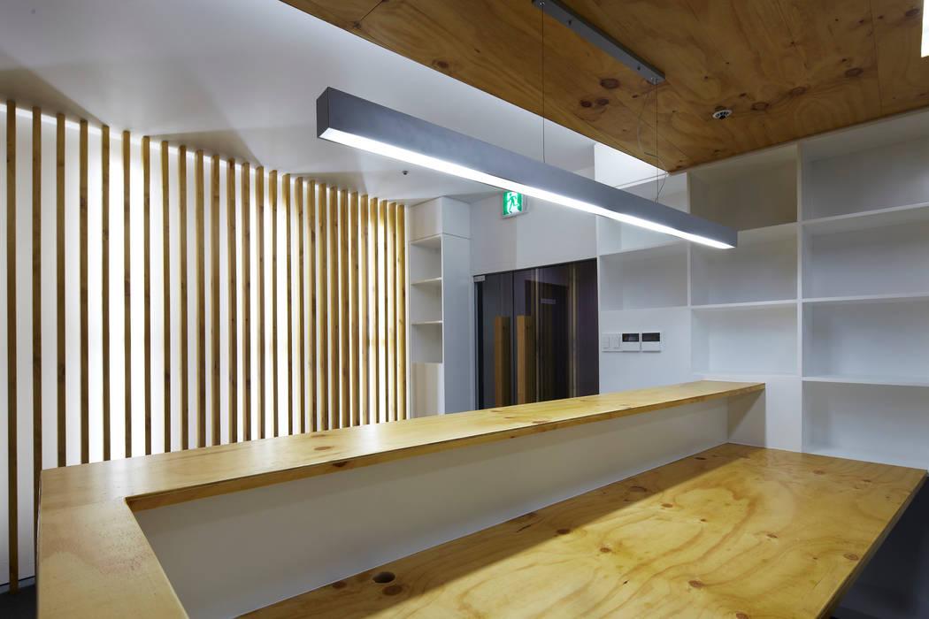 Studio moderno di 스마트건축사사무소 Moderno