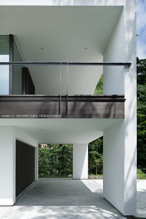 atelier137 ARCHITECTURAL DESIGN OFFICE Modern garage/shed White