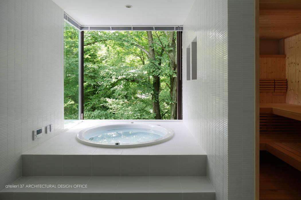 浴室~035カルイザワハウス: atelier137 ARCHITECTURAL DESIGN OFFICEが手掛けた浴室です。,