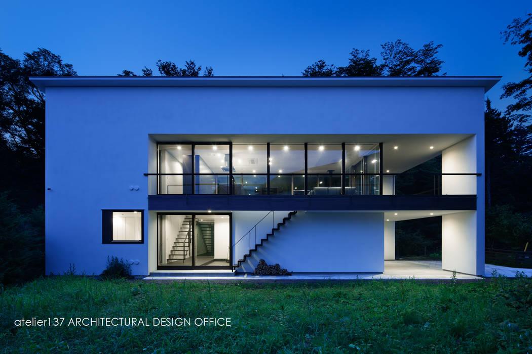 外観夕景~035カルイザワハウス atelier137 ARCHITECTURAL DESIGN OFFICE モダンな 家 白色