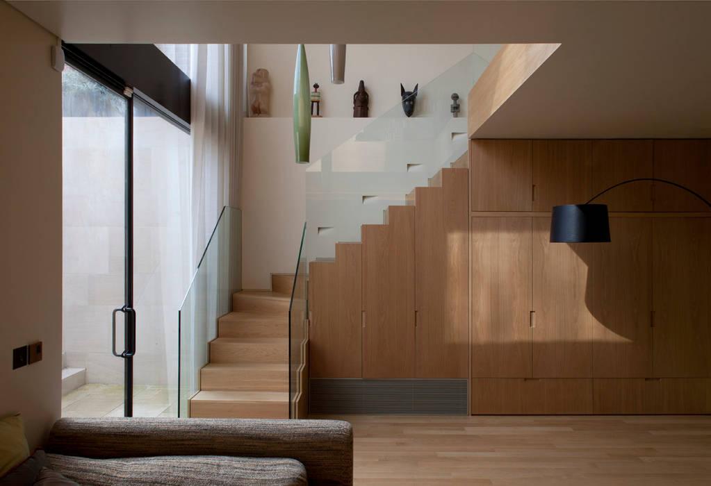 West London house Pasillos, vestíbulos y escaleras modernos de Viewport Studio Moderno