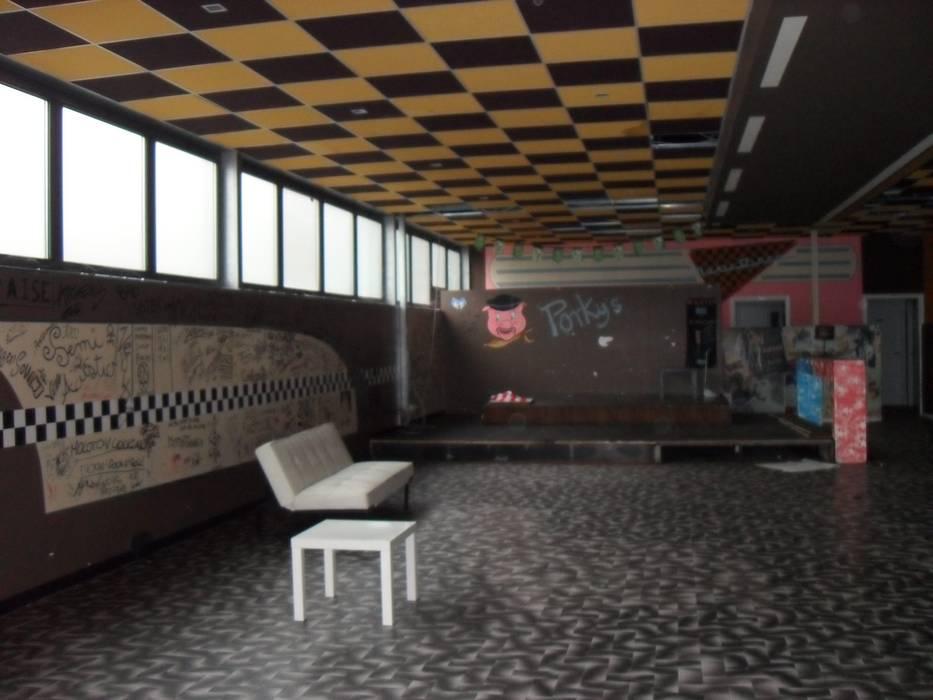 La zona disco prima: Bar & Club in stile  di ArchitetturaIN