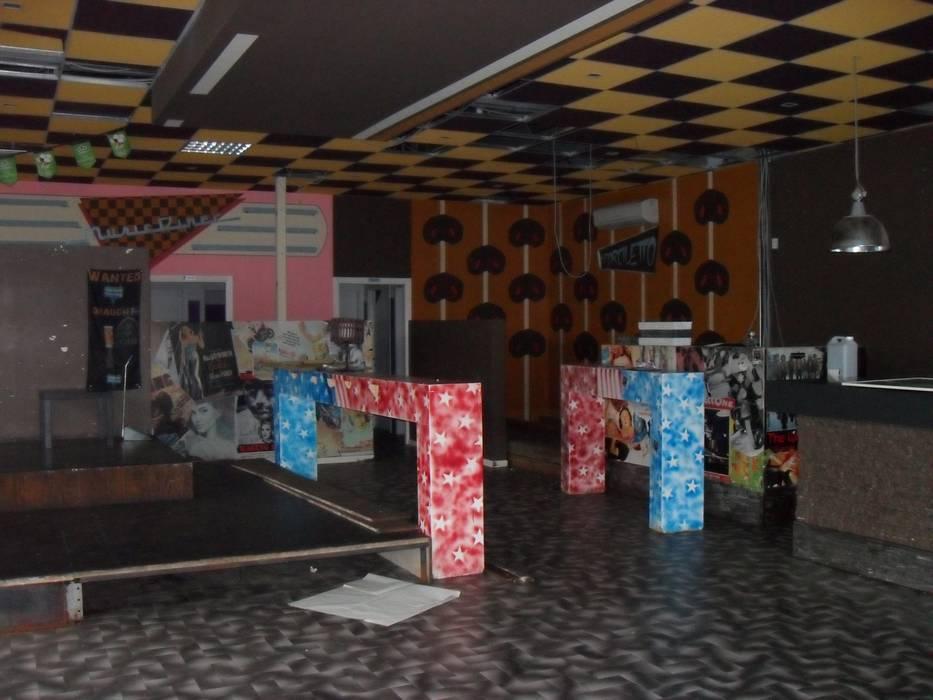 La zona drink prima: Bar & Club in stile  di ArchitetturaIN