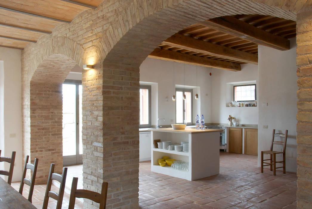 Blick vom essbereich auf die Küche v. Bismarck Architekt Mediterrane Küchen