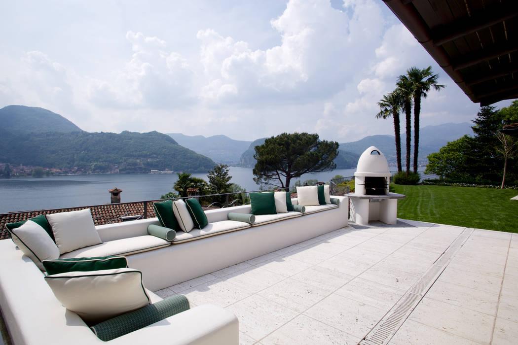 Il portico con splendida vista sul lago di Lugano Balcone, Veranda & Terrazza in stile mediterraneo di DF Design Mediterraneo