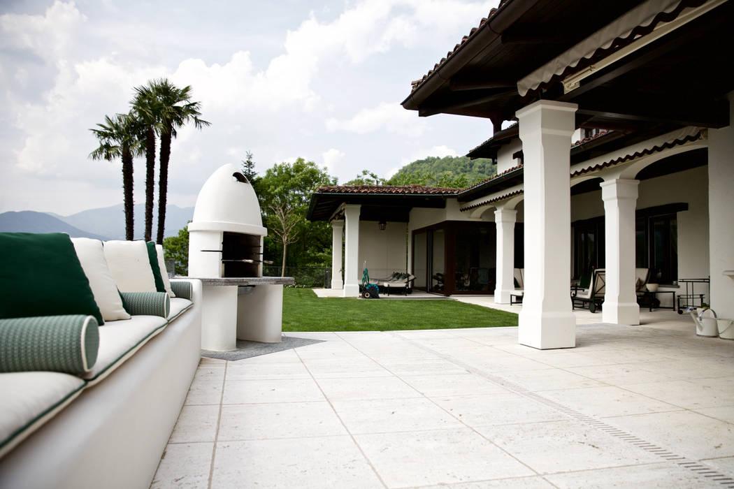 BBQ con portico: Terrazza in stile  di DF Design