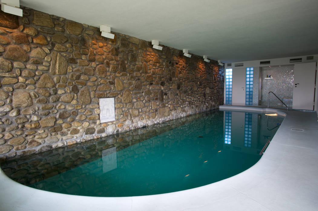 Splendida vista sul lago di Lugano Piscina in stile mediterraneo di DF Design Mediterraneo