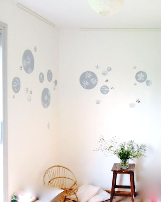 Chambre de bébé rendue unique avec quelques motifs peints à la main: Chambre d'enfant de style de style eclectique par Bleu d'avril