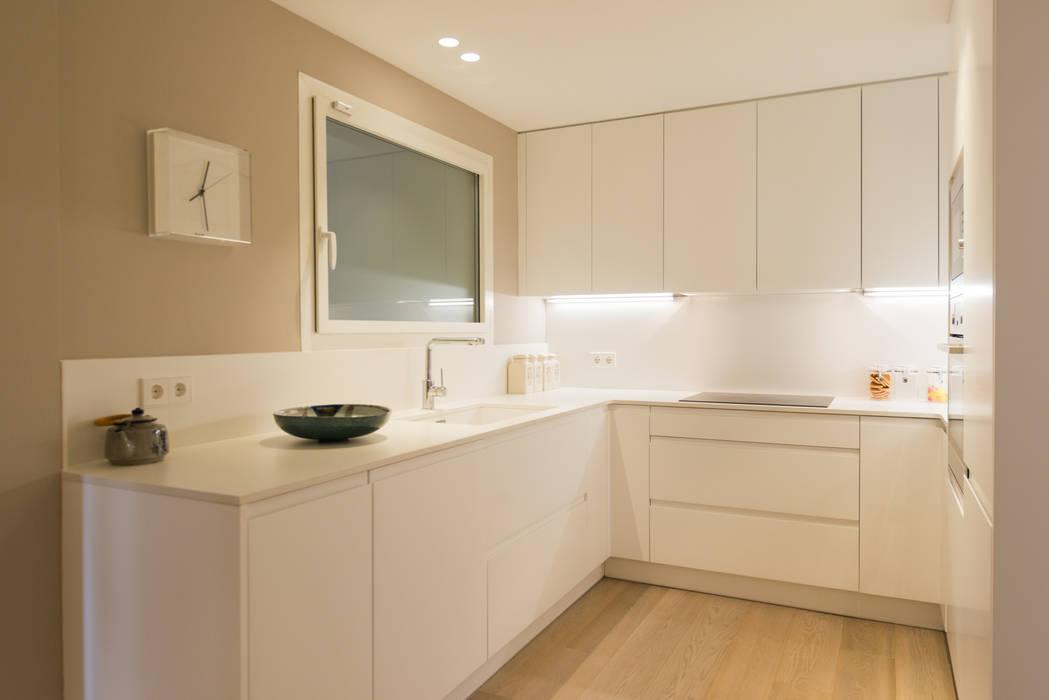 PISO MODERNO - BARCELONA  PEDRALBES: Cocinas de estilo  de LF24 Arquitectura Interiorismo,