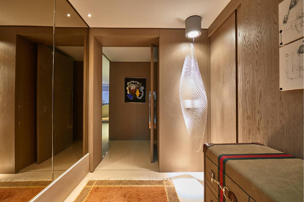 Couloir, entrée, escaliers modernes par Gláucia Britto Moderne
