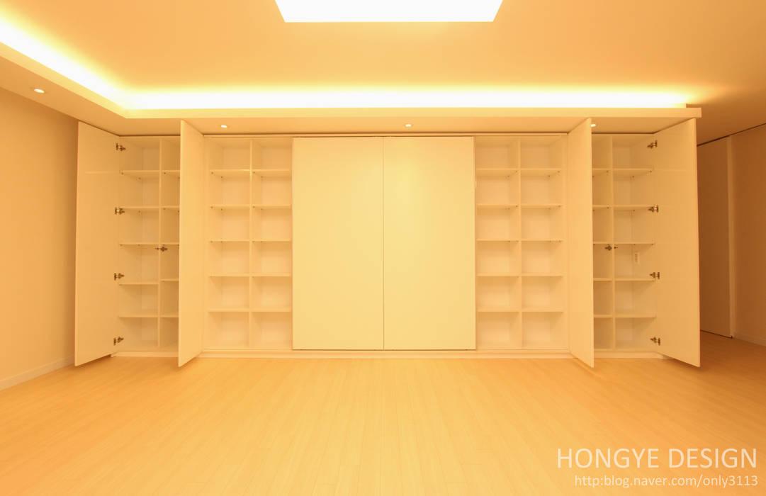 수납공간을 최대한 활용. 모던스타일 거실 by 홍예디자인 모던