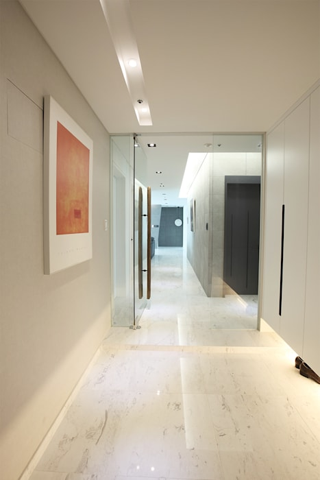 現代風玄關、走廊與階梯 根據 MID 먹줄 現代風