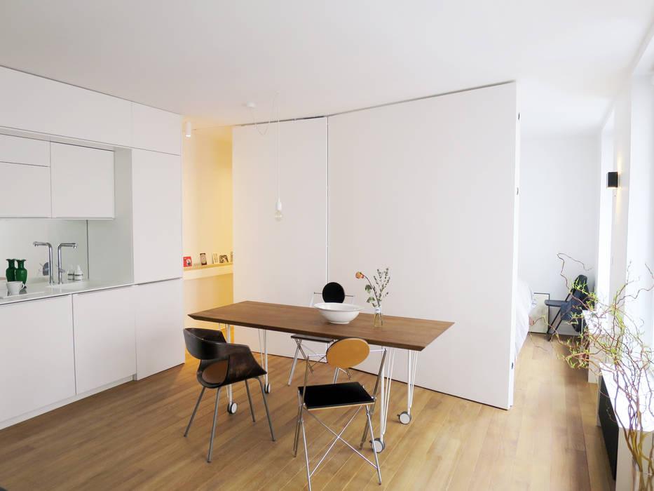 coin repas pour 6+/ avec les ports des chambres ouvertes Salle à manger moderne par Studio Pan Moderne
