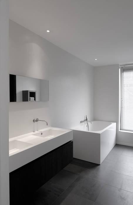 House TE: Salle de bains de style  par CONIX RDBM Architects