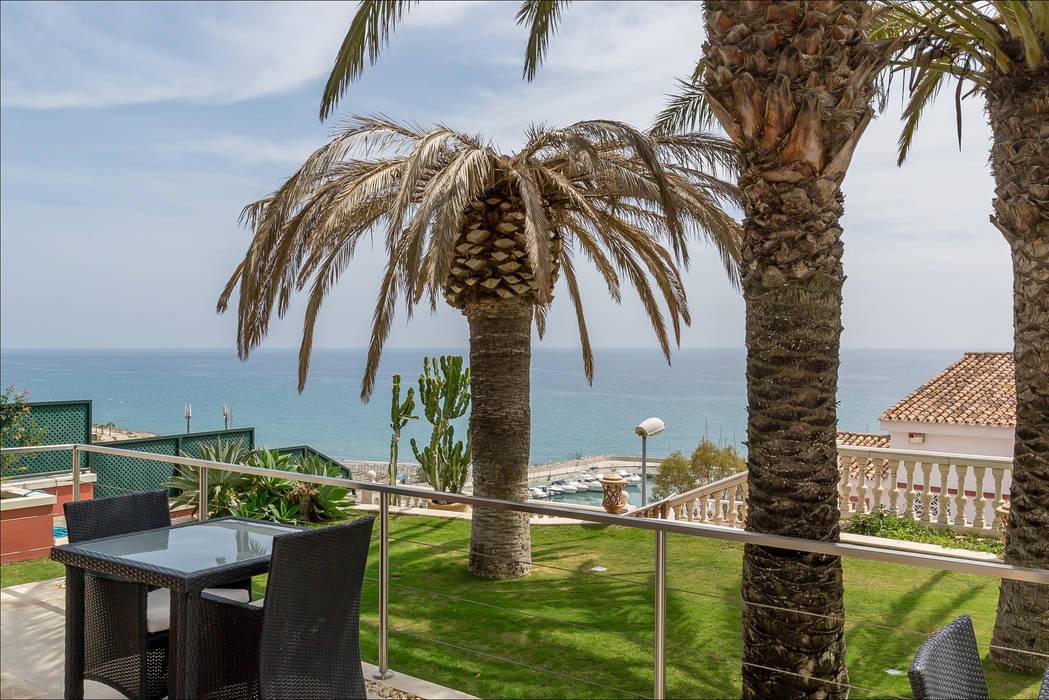 Con vistas al mar y Puerto deportivo Balcones y terrazas de estilo tropical de Per Hansen Tropical