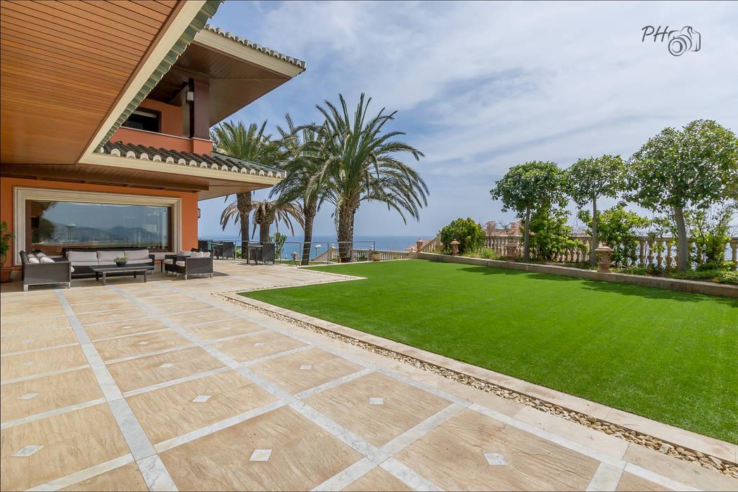 Jardin frontal Casas de estilo tropical de Per Hansen Tropical