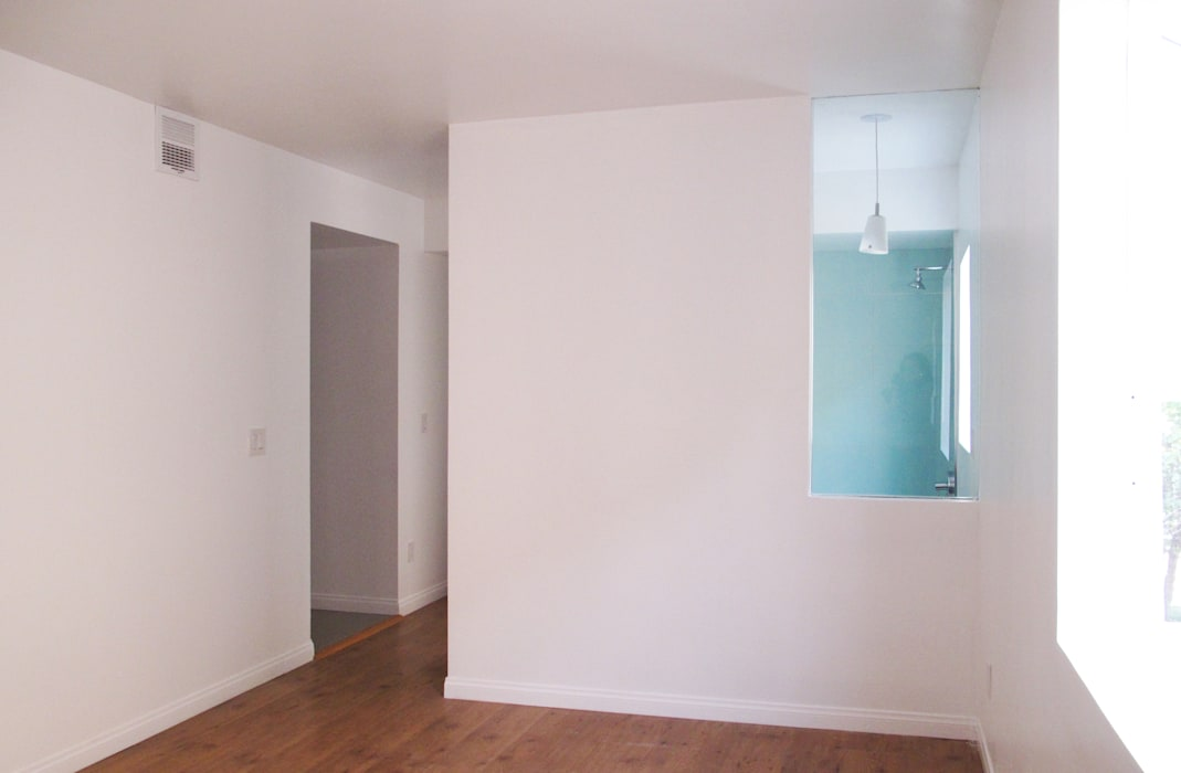 Chambre avec sa salle de bain : Chambre de style de style Moderne par Studio Pan