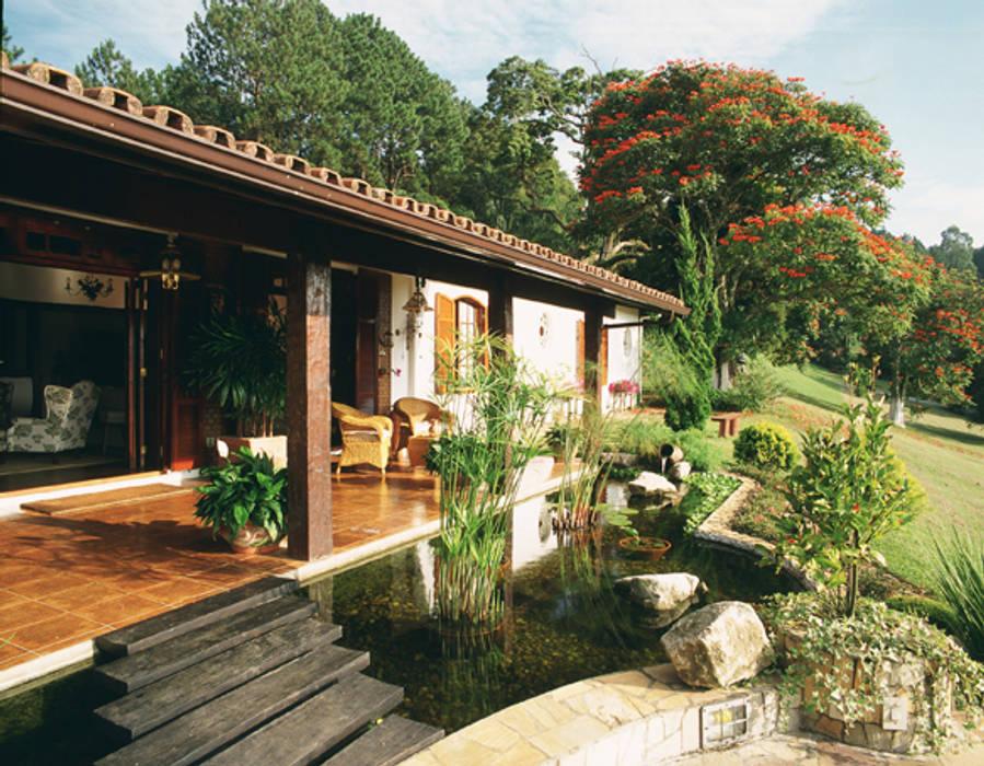 Vista da varanda. Jardins rústicos por Eduardo Luppi Paisagismo Ltda. Rústico